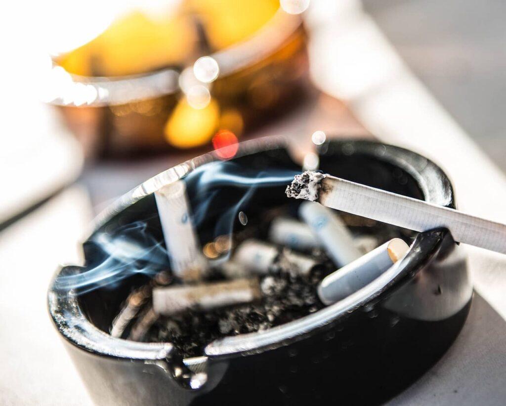 Zakaz palenia a popielniczki